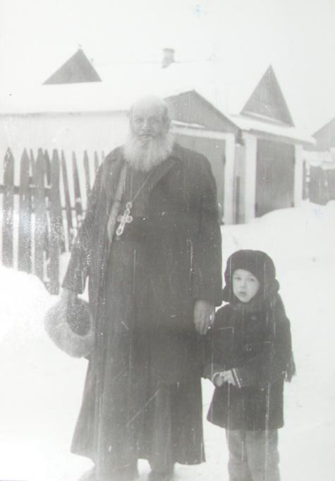 Это я  и мне 4 года, в Липецке с батюшкой!